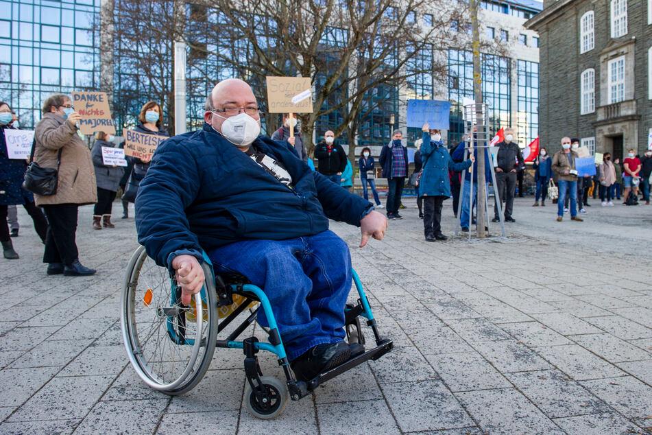 """Für """"Majorel""""-Mitarbeiter Carsten Kaiser (39) gestaltet sich die Jobsuche schwierig. Er sitzt im Rollstuhl."""