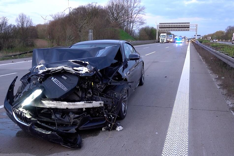 Dieser BMW war dem Spurwechsler aufgefahren und in die Leitplanke gekracht.