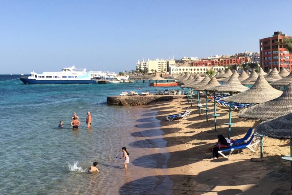 Urlauber am Strand von Hurghada.