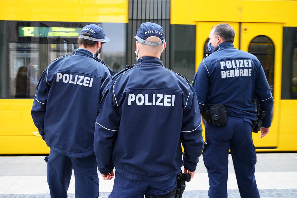 Polizisten stehen bei einer Kontrolle der Einhaltung der Maskenpflicht im öffentlichen Personennahverkehr an einer Haltestelle am Postplatz.