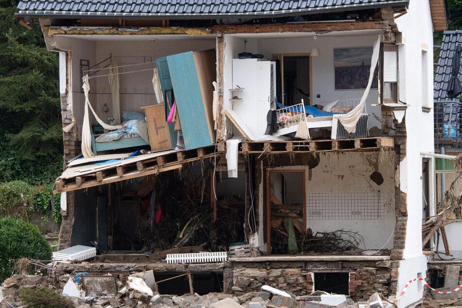 Die Flut hat die Front dieses Wohnhauses in Dernau komplett fortgerissen.
