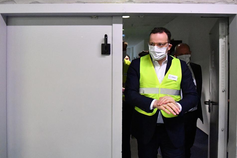 Jens Spahn (CDU), Bundesgesundheitsminister, besucht ein Lager des Logistikunternehmens Fiege. Er will sich vor Ort ein Bild von der An- und Auslieferung medizinischer Schutzausrüstung machen.