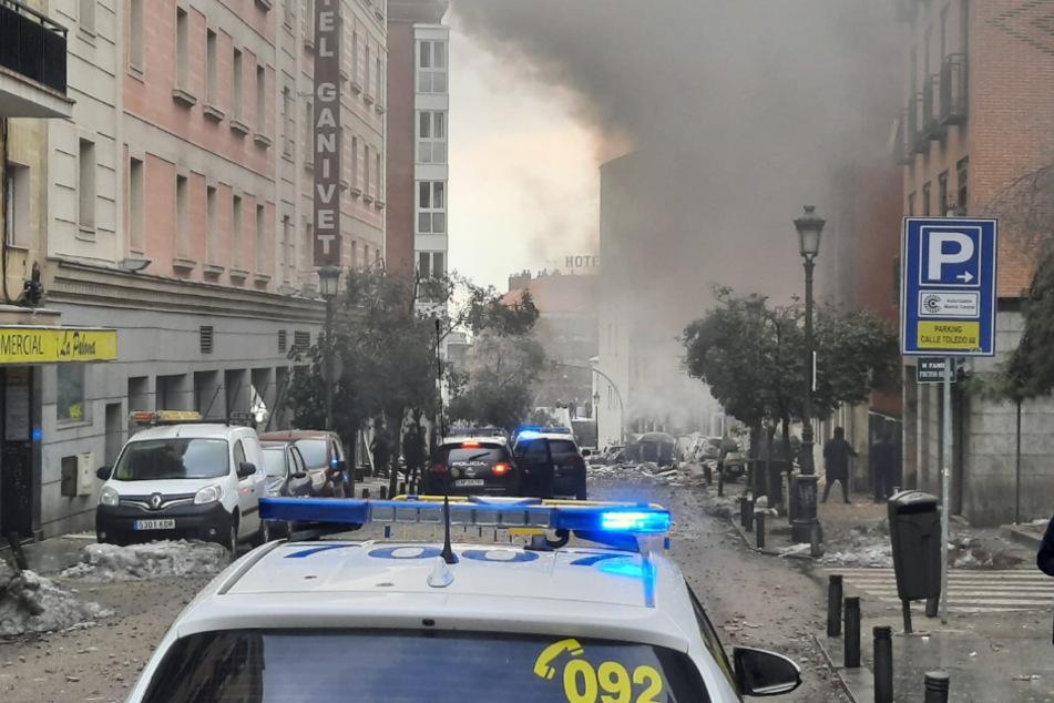 Ein Polizeiauto steht auf der Toledo Straße in Madrid nach einer starken Explosion. Ein mehrstöckiges Gebäude ist bei einer Explosion im Zentrum der spanischen Hauptstadt Madrid weitgehend zerstört worden.