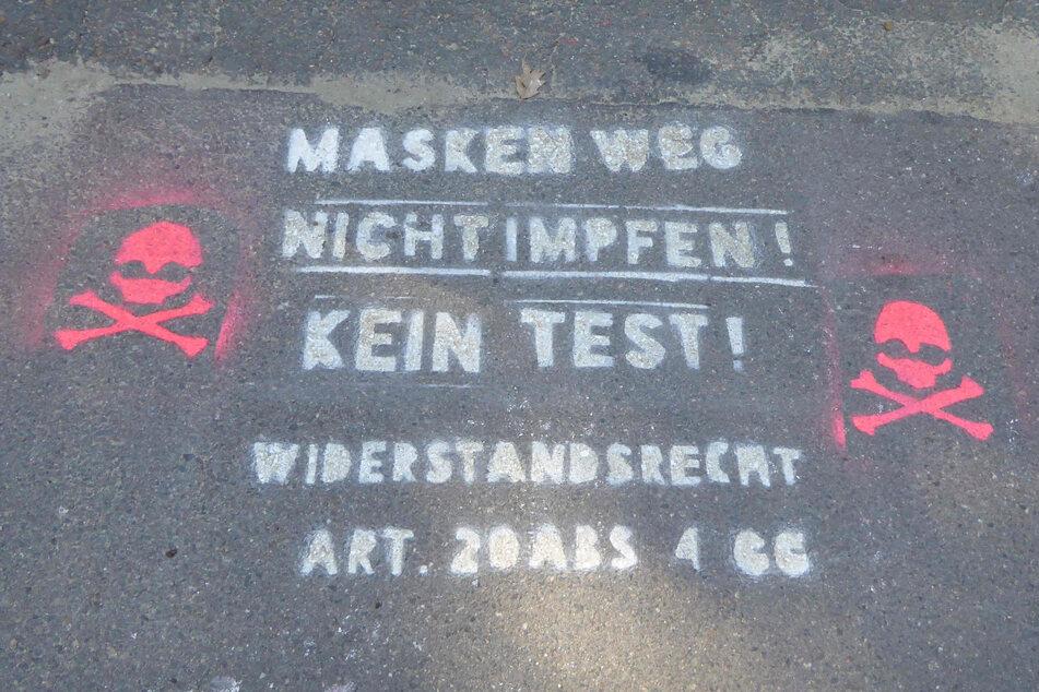 Vor der Dittesschule in Zwickau wurden die Parolen mit einer Schablone auf die Wege gesprayt.