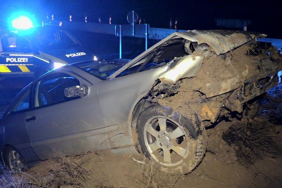 Wilde Verfolgungsjagd auf A44: Mercedes C-Klasse strandet auf Erdhügel