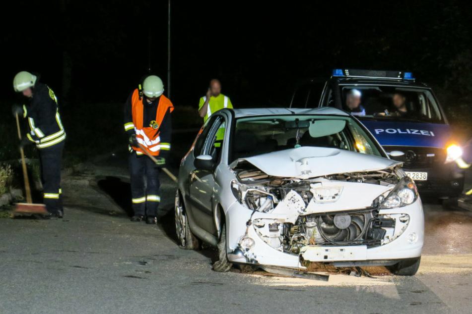 Schwerer Unfall im Erzgebirge: Peugeot kracht gegen Laternen-Mast