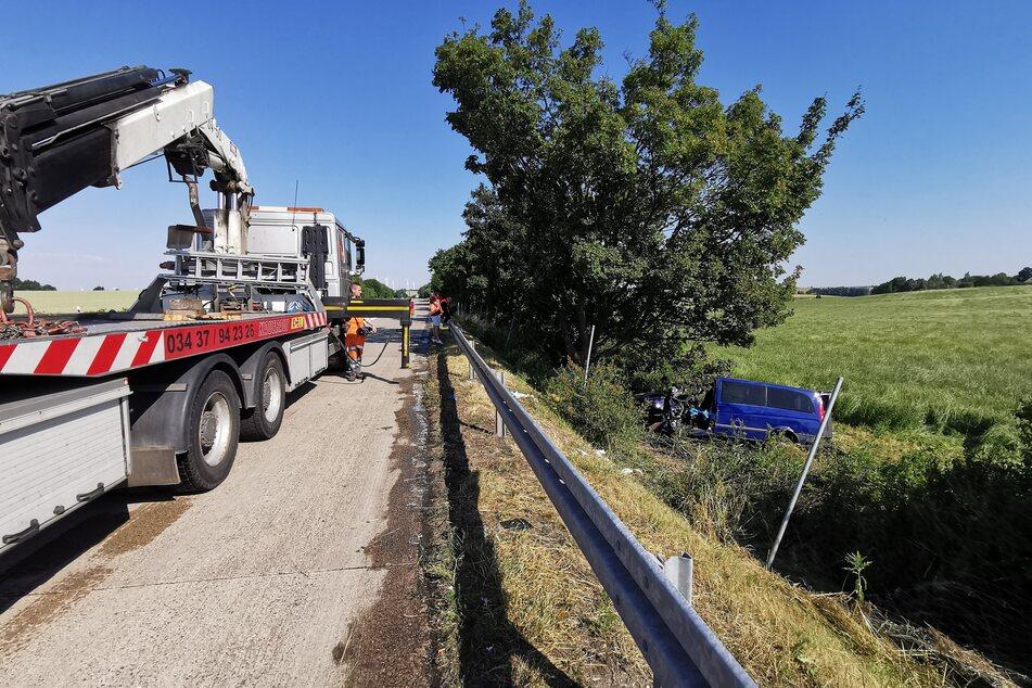 Der Beifahrer gelangte noch selbst aus dem Wagen. Der Fahrer musste durch die Rettungskräfte befreit werden.