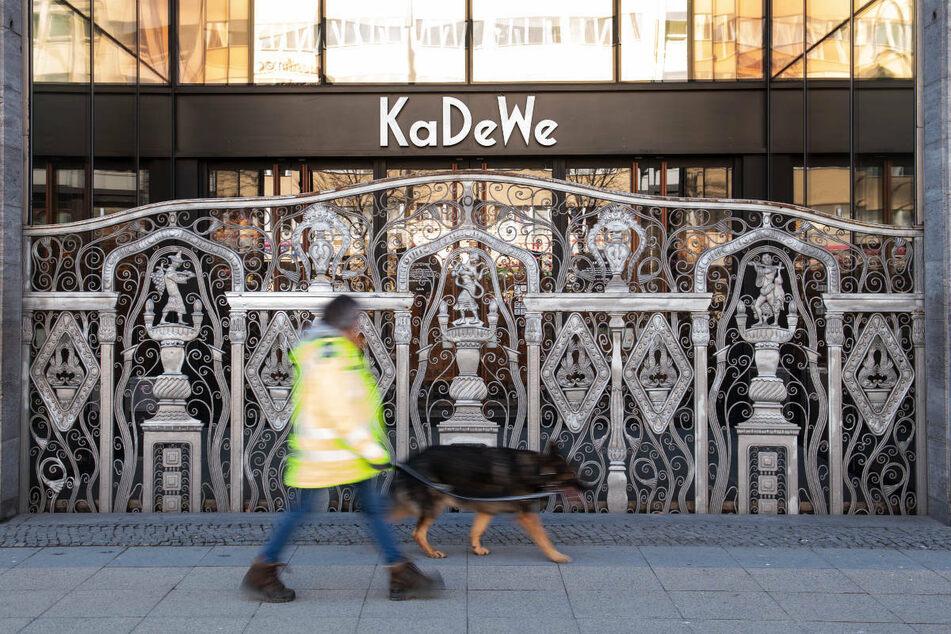 Ein Mann mit Hund geht am geschlossenen Gitter vor dem Haupteingang vom KaDeWe vorbei. Nach Wochen der Tristesse durfte das Kaufhaus am Dienstag wieder seine Pforten öffnen.