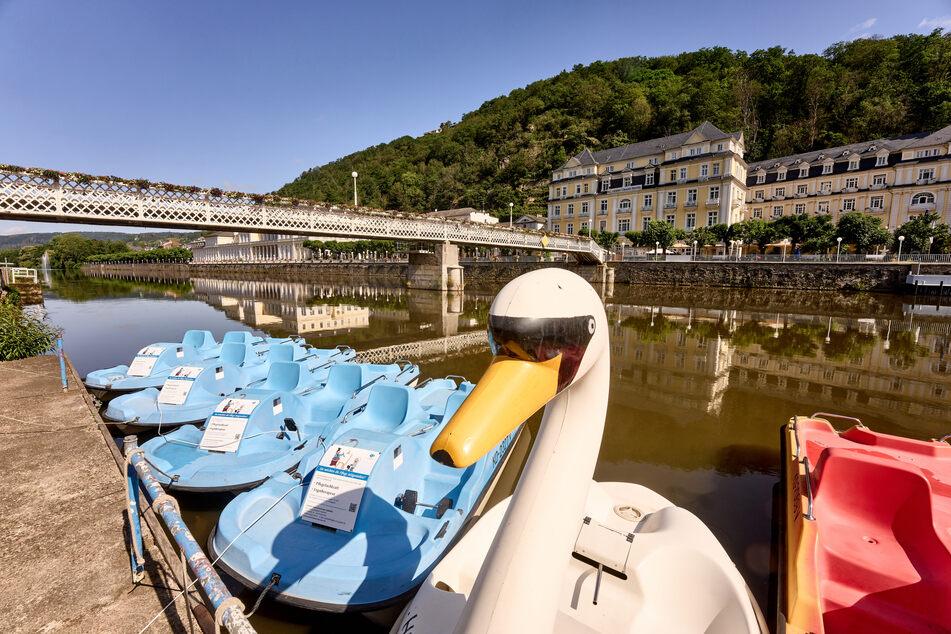 Boote liegen vor dem Kurhaus von Bad Ems.