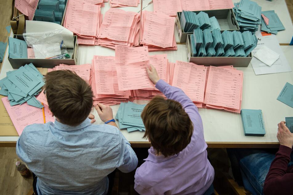 Stuttgart, März 2016: Ehrenamtliche Wahlhelfer beteiligen sich an der Stimmauszählung der Briefwahl zur Landtagswahl.