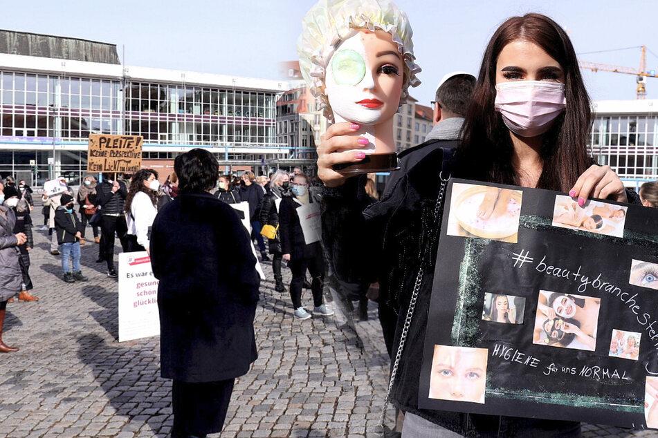 Friseure ja, Kosmetik-Betriebe nein: Demo auf dem Altmarkt gegen Öffnungs-Strategie