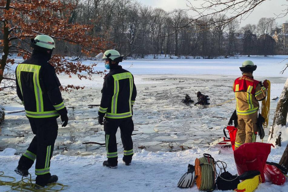 Taucher suchen im eiskalten Wasser nach der vermissten Person.