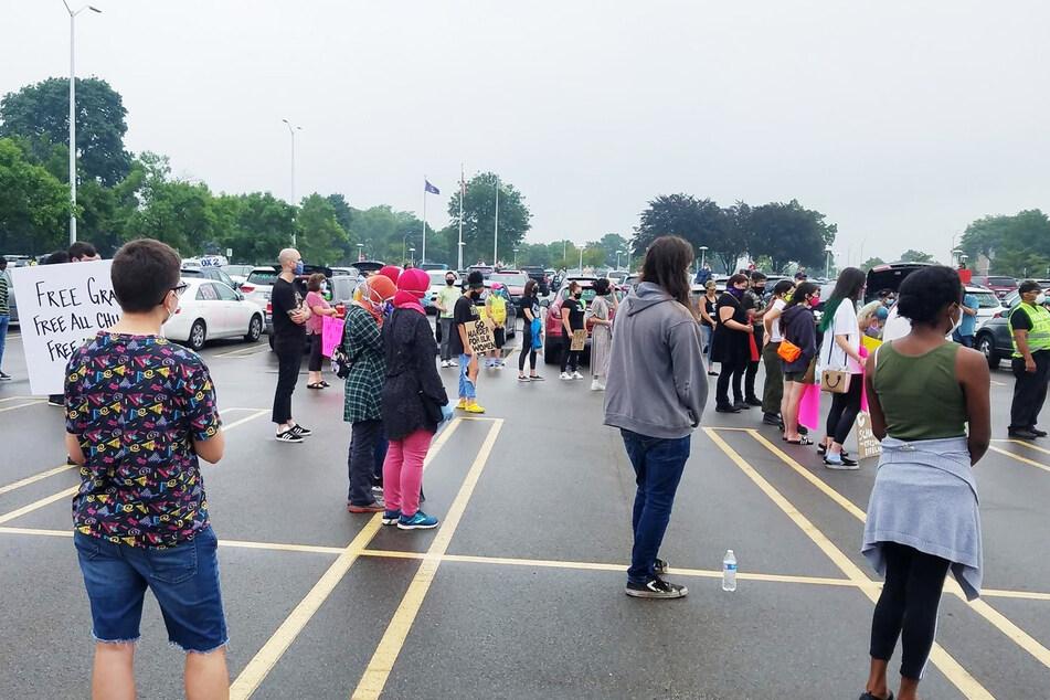 Vor der Schule protestierten mehrere Klassenkameraden für Graces Freilassung.