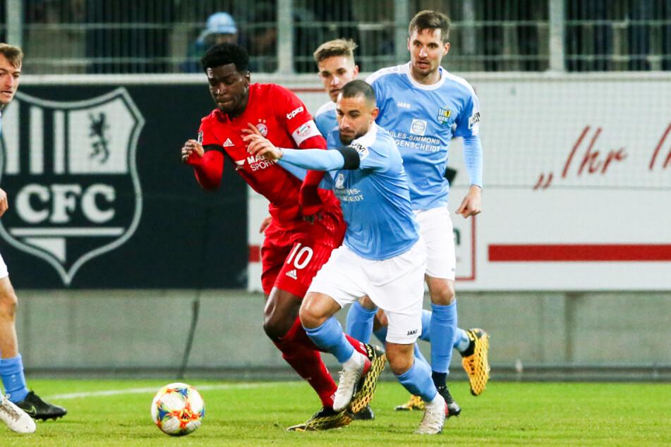 Davud Tuma (vorne-rechts) kämpft mit Drittliga-Torschützenkönig Kwasi Okyere Wriedt vom FC Bayern München II um den Ball.
