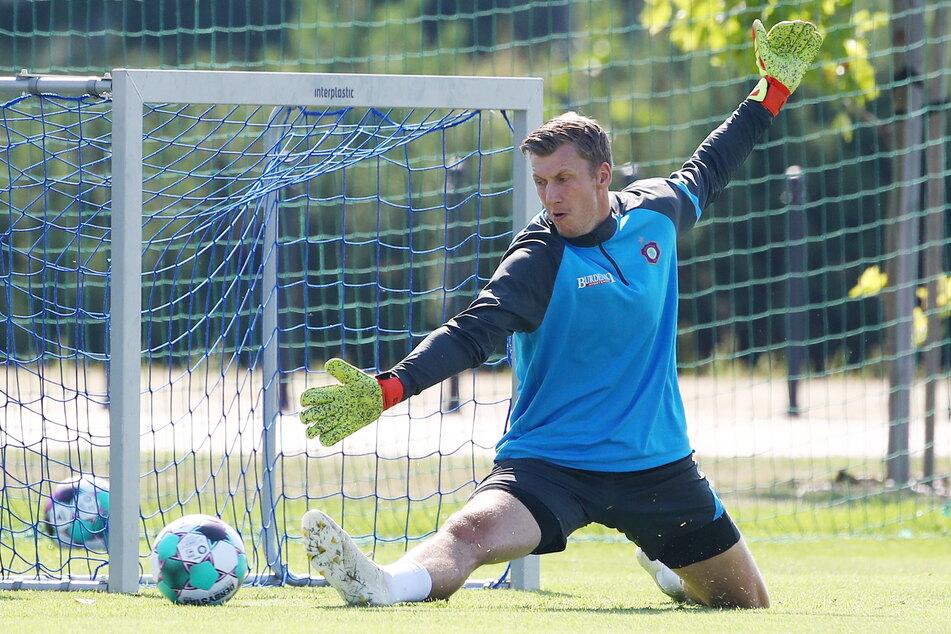 Philipp Klewin streckt sich in jedem Training, um für einen möglichen Einsatz fit zu sein.