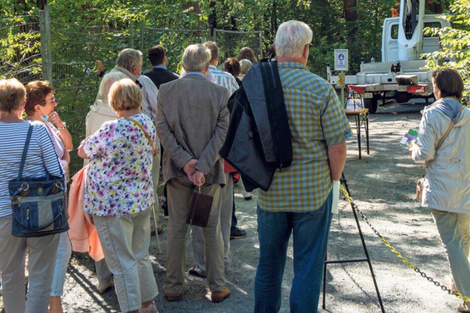 Gäste standen am Freitag an, um von einer Hubbühne aus auf den Teich schauen zu dürfen.