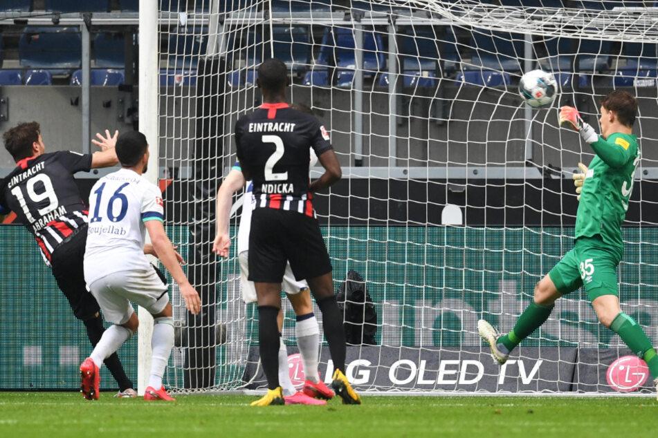 Frankfurts David Abraham (l) erzielt das Tor zum 2:0 gegen Schalkes Torwart Alexander Nübel (r).