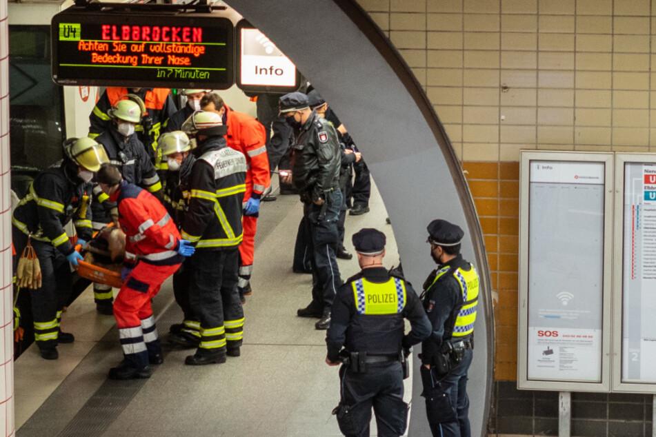Feuerwehrleute retten die Männer aus dem Schacht.
