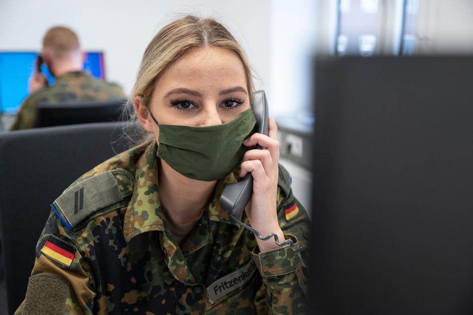 Soldaten und Karstadt-Kaufhof-Mitarbeiter im Corona-Einsatz in NRW
