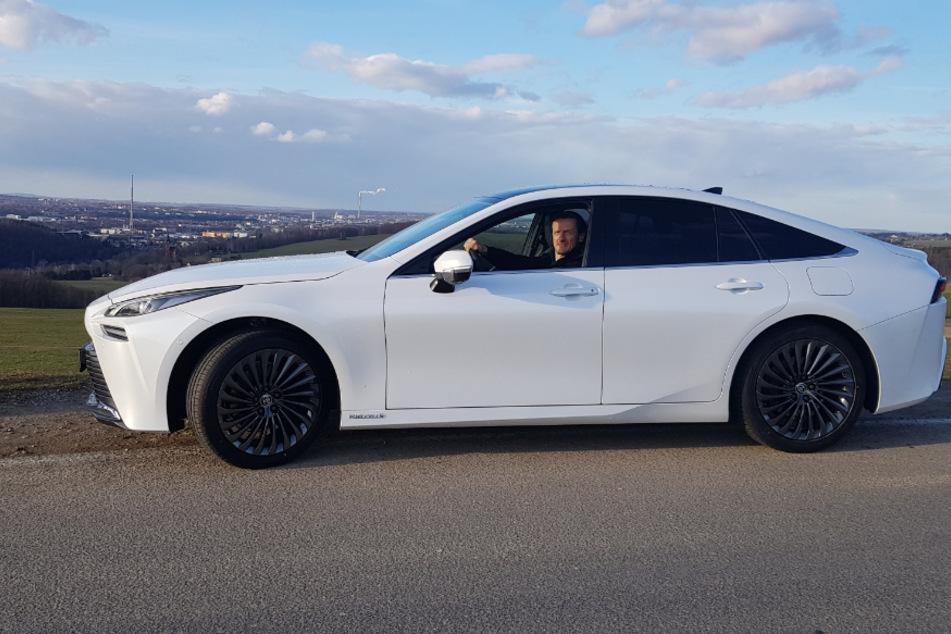 Lautlose Probefahrt mit dem neuen Wasserstoffauto Toyota Mirai II: TU-Professor Thomas von Unwerth (53) ist von der Technik begeistert.
