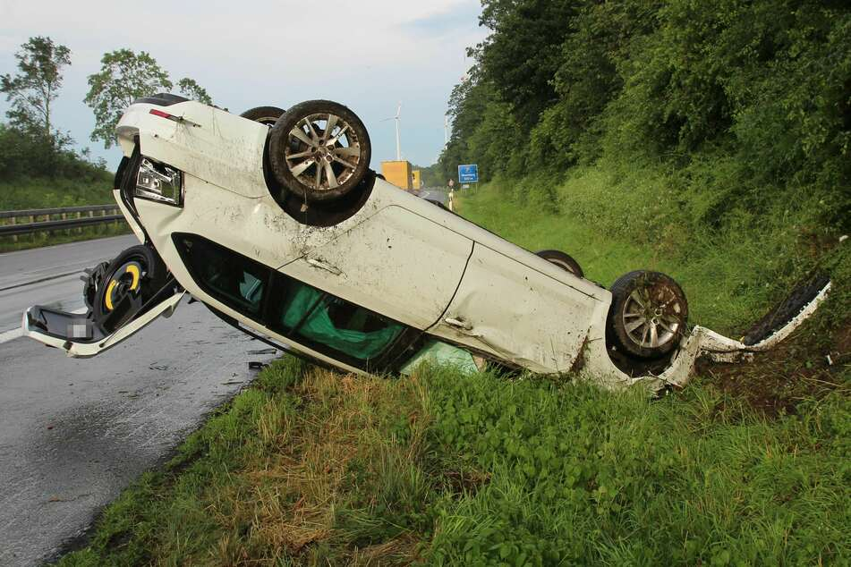 """Unfall A44: Auto fährt in """"dunkelgraue Wand aus Starkregen"""" und überschlägt sich"""