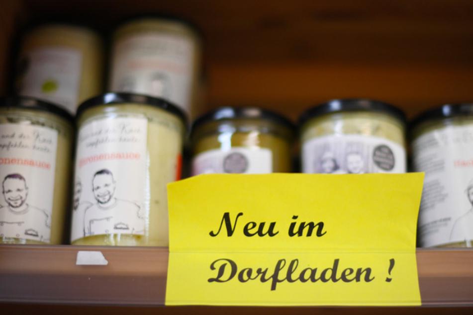 """""""Neu im Dorfladen"""" ist an einem Regal in einem Geschäft in Farchant zu lesen. (Symbolbild)"""