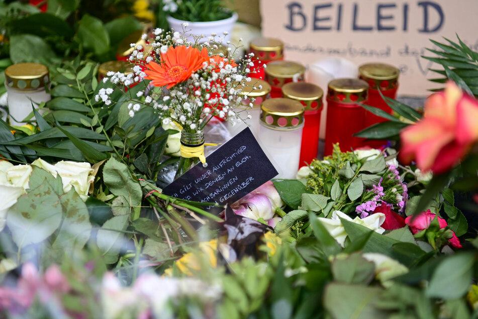 """Blumen, Kerzen und ein Schild mit der Aufschrift """"Beileid"""" sind vor dem Thusnelda von Saldern Haus der Einrichtung Oberlinhaus abgelegt."""