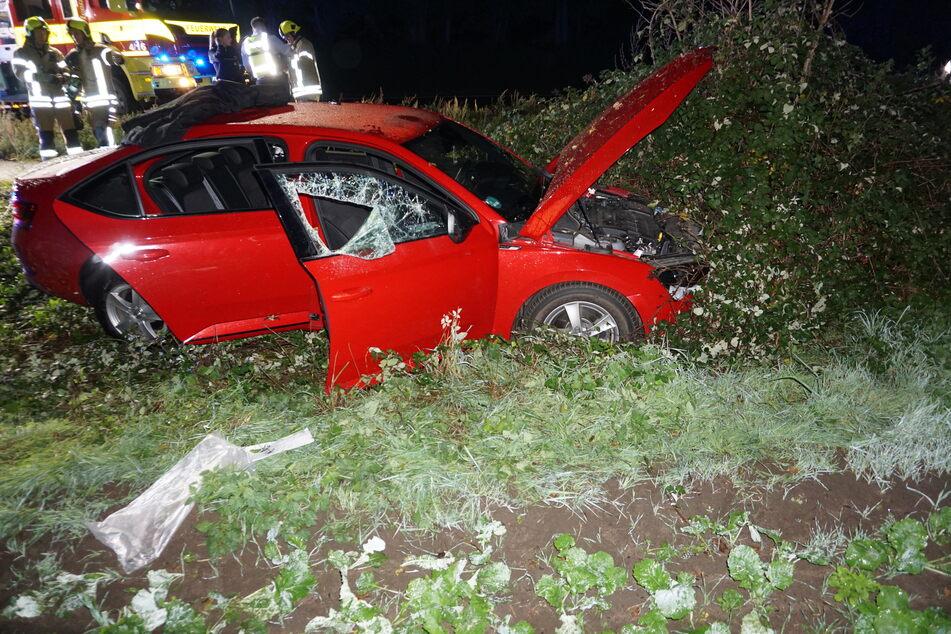 Der Fahrer wurde durch den Unfall in seinem Auto eingeschlossen. Die Feuerwehr musste ihn befreien.