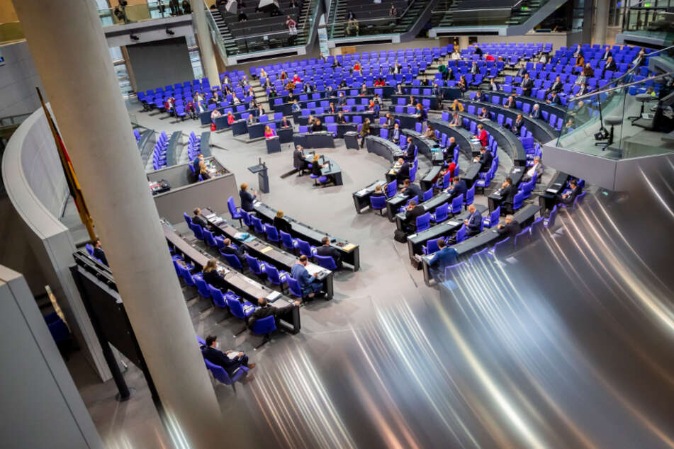 Bundeskanzlerin Angela Merkel beantwortet bei der Regierungsbefragung während der Plenarsitzung im Deutschen Bundestag die Fragen der Abgeordneten.