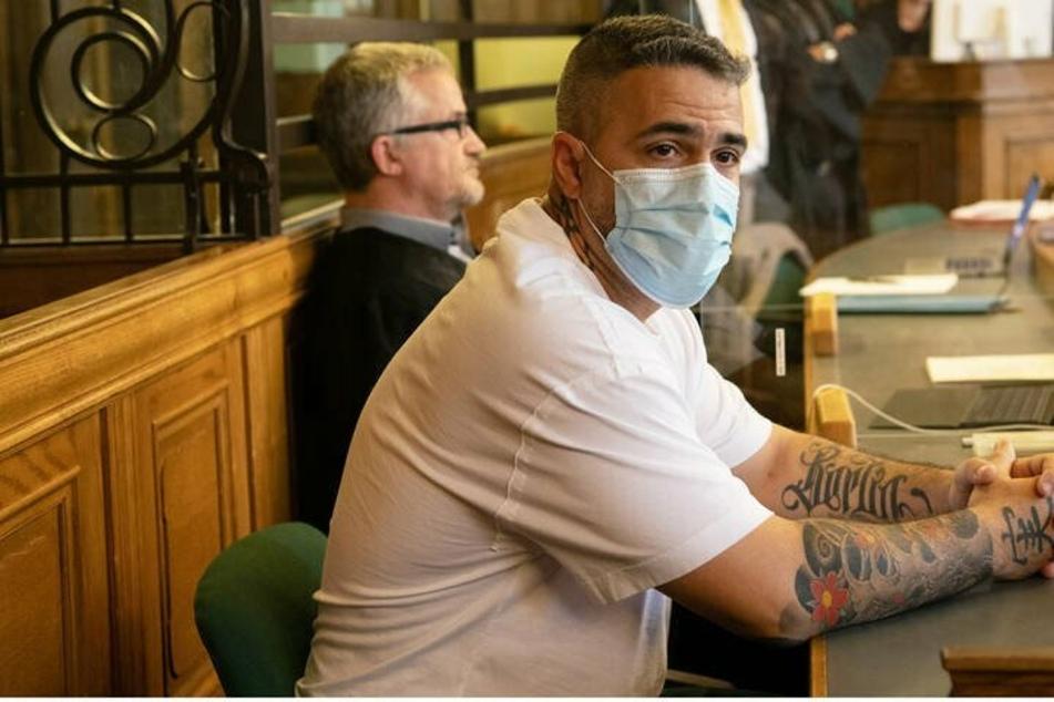 Anis Mohamed Youssef Ferchichi (42), bekannt als Rapper Bushido, sitzt zu Beginn eines Prozesses gegen Clanchef Arafat Abou-Chaker (45) in einem Gerichtssaal des Landgerichts.