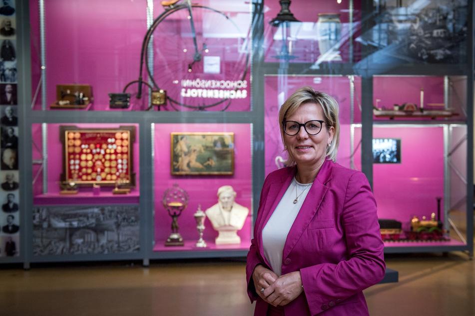 Barbara Klepsch (CDU), Kultur- und Tourismusministerin von Sachsen, steht in der Zentralausstellung der 4. Sächsischen Landesausstellung.