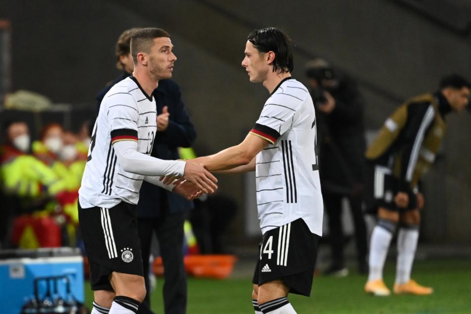 Für Nico Schulz (rechts) reicht es bei Borussia Dortmund momentan nicht für einen Stammplatz. Dennoch spielt er in der Nationalelf. Hier wird er gegegn Robin Gosens ausgewechselt.