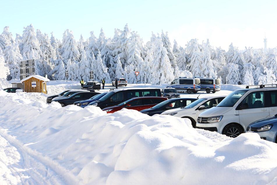 Die Polizei kontrolliert Fahrzeuge am Fichtelberg.