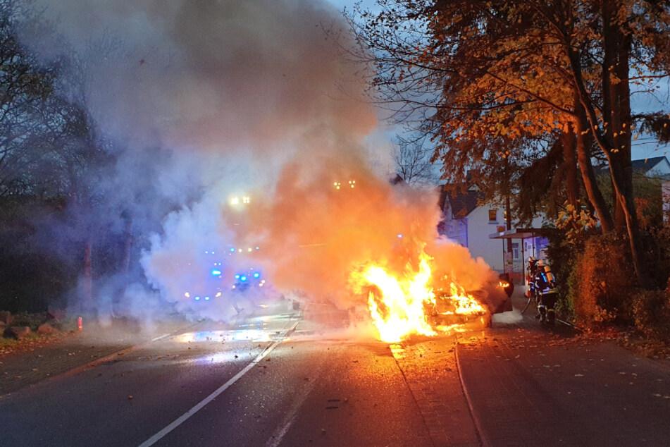 Während der Fahrt: Senioren bemerken Qualm, Wagen fängt Feuer