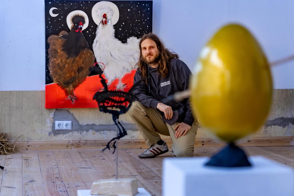 Guido Günther stellt in seinem Gemälde zwei Hühner ins Zentrum des Universums.
