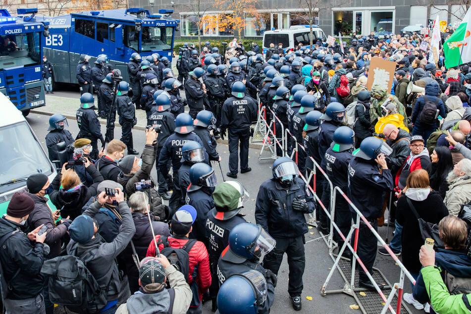 Die Polizei hat Wasserwerfer vorfahren lassen.