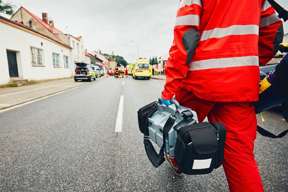 Aggressiver Autofahrer beleidigt erst Rettungssanitäter, dann fährt er einen um!