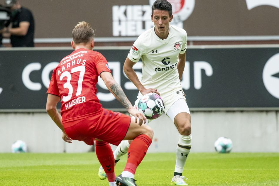 Aarhus Sebastian Hausner (20, l.) und St. Paulis Maximilian Franzke (21), kämpfen um den Ball.
