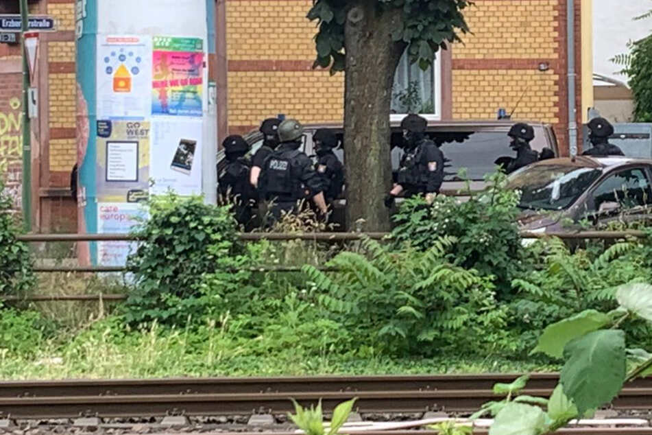 Polizisten und Einsatzfahrzeuge waren in der Erzberergstraße am Dienstagmittag vor Ort.