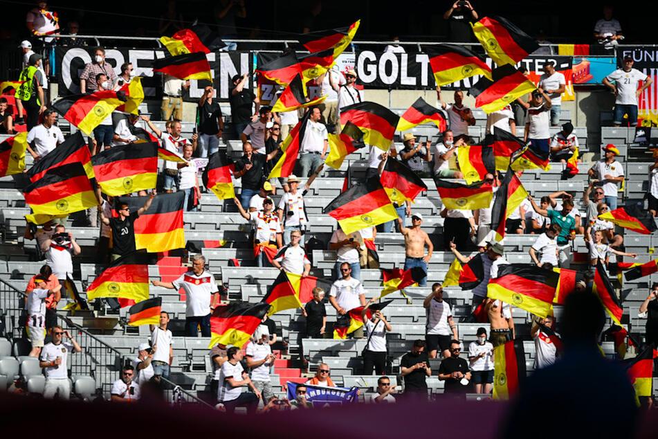 Viele Zuschauer nahmen beim Spiel der deutschen Mannschaft gegen Portugal auf den Plätzen ihre Masken ab.