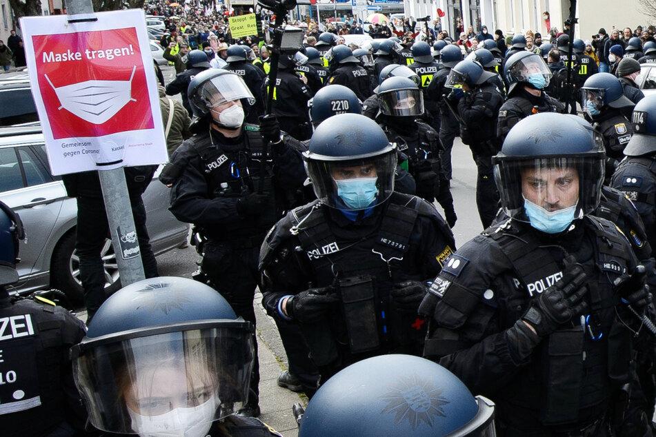 """Das Foto zeigt Polizisten am 20. März in Kassel – an diesem Tag kam es in Kassel zu einer """"Querdenker""""-Demonstration, bei der es zu massiven Ausweitungen kam."""