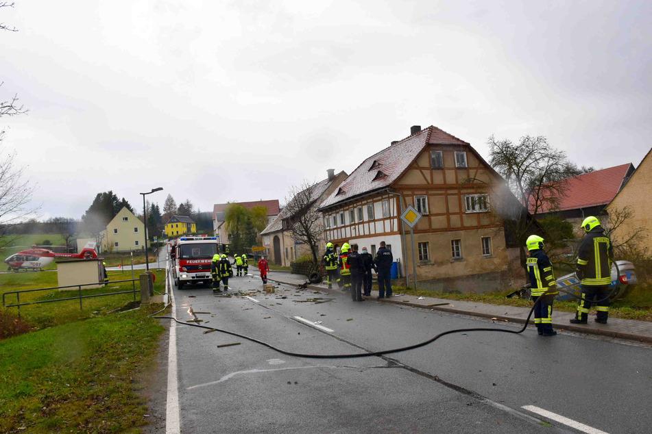 Polizei, Feuerwehr und sogar ein Rettungshubschrauber der DRF Luftrettung kamen zum Unfallort.