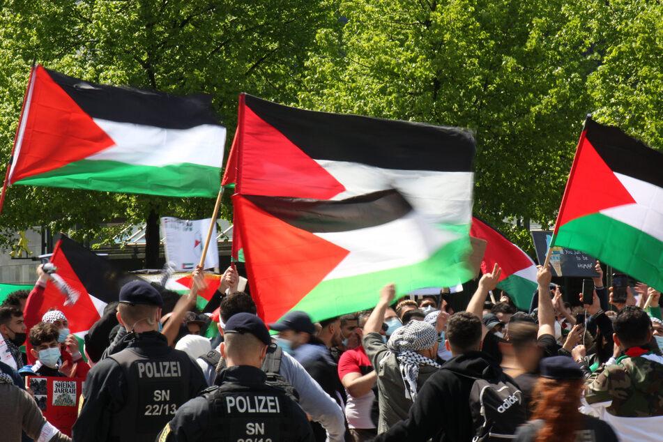 Pro-Palästina-Demonstranten positionierten sich mit Flaggen und Transparenten auf dem Leipziger Augustusplatz.