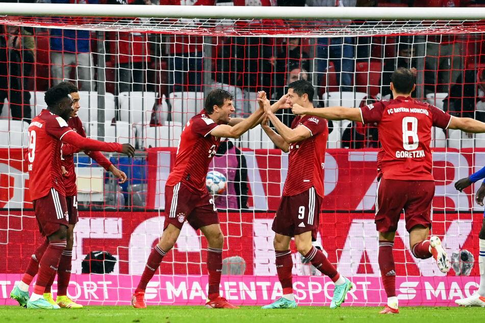Alphonso Davies (l.) legte vor, Robert Lewandowski (2.v.r.) ließ durch und Thomas Müller (M.) durfte zum 1:0 für den FC Bayern einschießen.