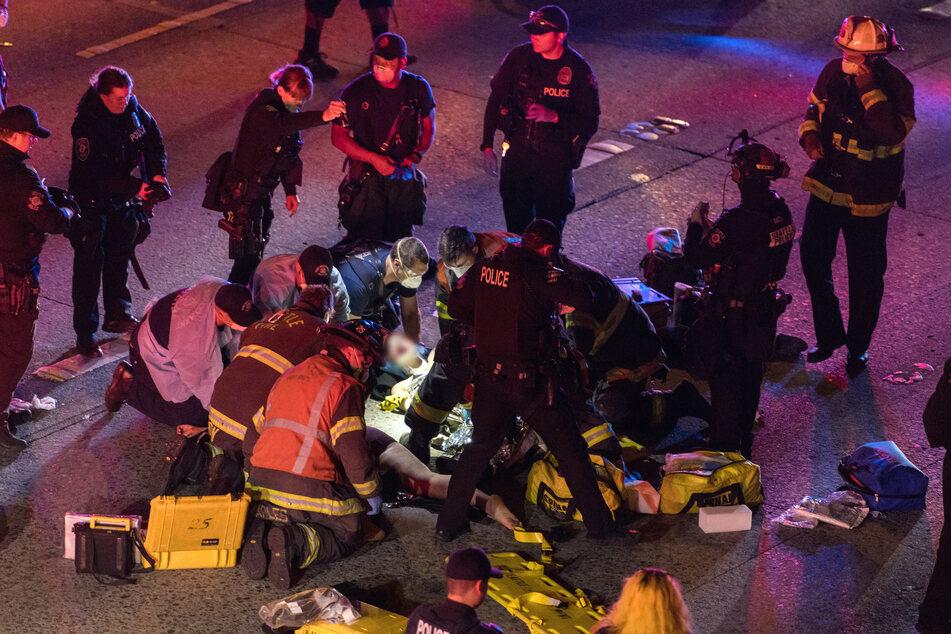 Wagen rast auf gesperrter Autobahn in Gruppe Demonstranten: Eine Tote