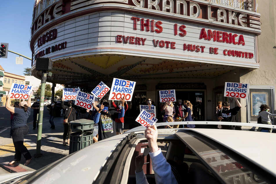 Oakland: Menschen feiern den Sieg des designierten Präsidenten Joe Biden und der designierten Vizepräsidentin Kamala Harris.