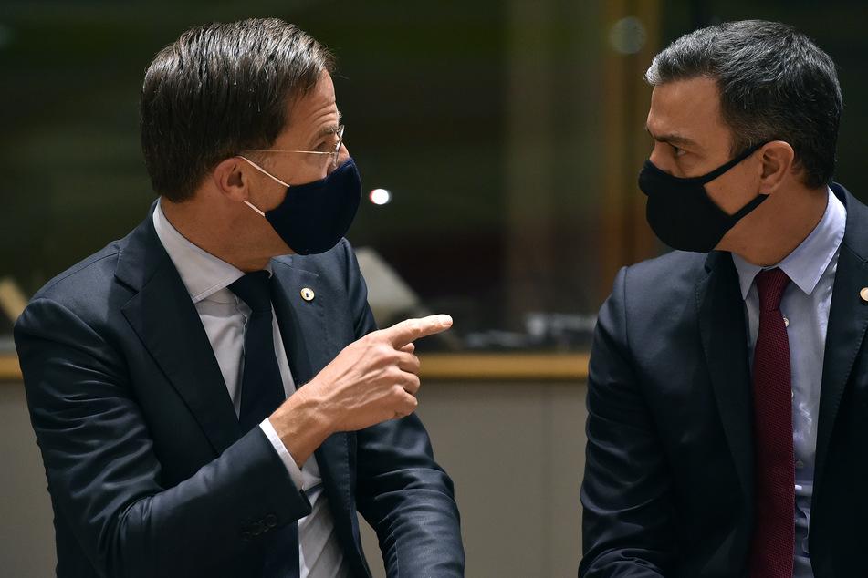"""Zwei der """"Sparsamen Vier"""": Der Premierminister der Nierderlande Mark Rutte (l.), im Gespräch mit seinem spanischen Amtskollegen Pedro Sanchez."""
