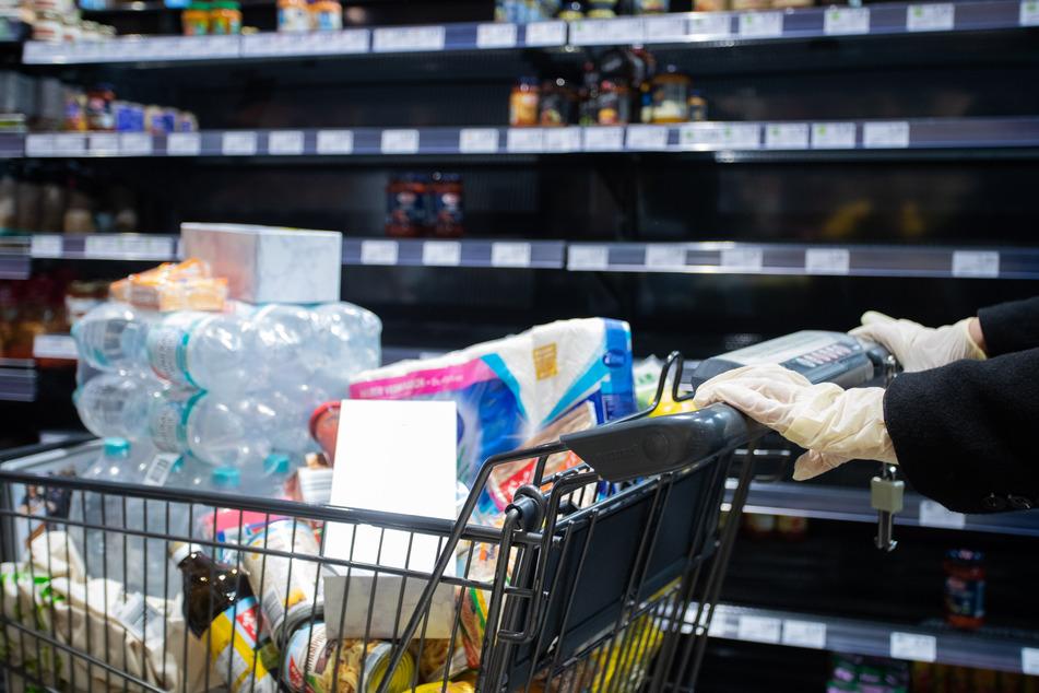 In nahezu allen deutschen Supermärkten sind viele Regale wie leergefegt (Symbolbild).