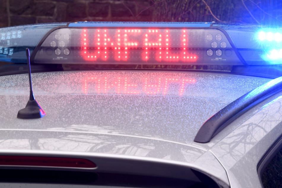"""Die Leuchtschrift """"Unfall"""" auf dem Dach eines Polizeiwagens. (Symbolfoto)"""