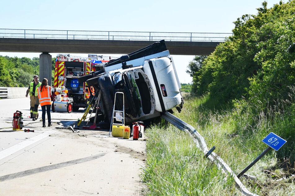 Der Transporter schleuderte über die Autobahn und kippte danach um.